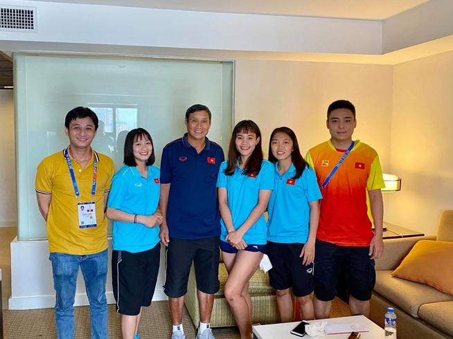 Những cô gái vàng bóng đá nữ SEA Games 30 đang giao lưu cùng độc giả Dân trí từ Philippines