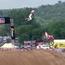 Rơi xuống đất từ hơn 10m, VĐV motocross vẫn tiếp tục cuộc đua