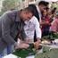 Sinh viên quốc tế tại Việt Nam thích thú gói bánh chưng, chơi trò chơi dân gian