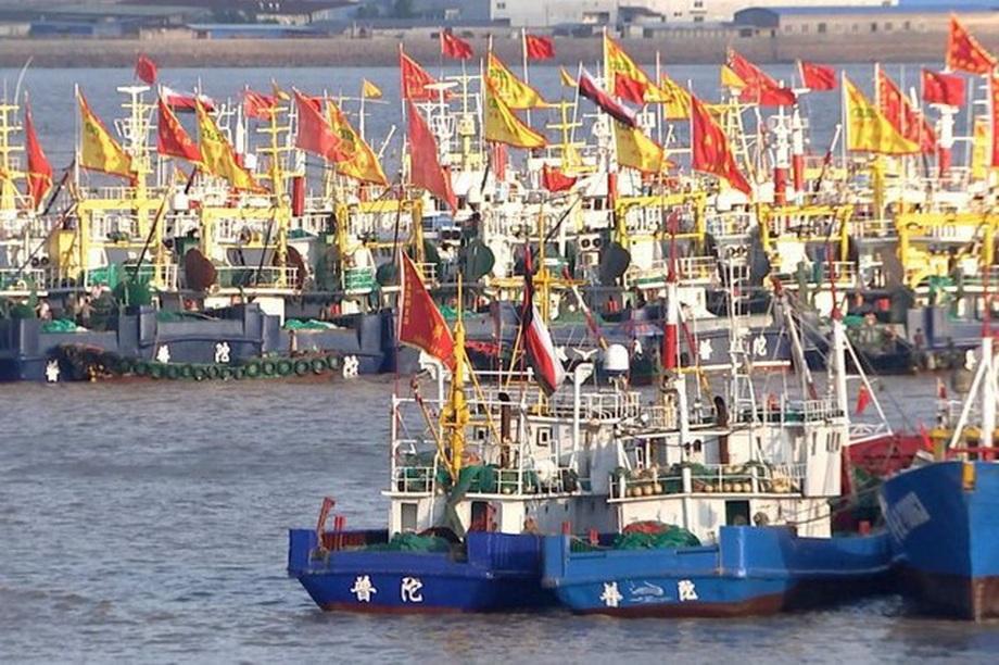 Đội tàu cá nghi của Trung Quốc đánh bắt trái phép trên biển Triều ...