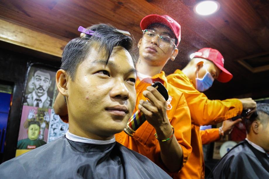 Tiệm cắt tóc lưu động trên xe buýt ở Sài Gòn