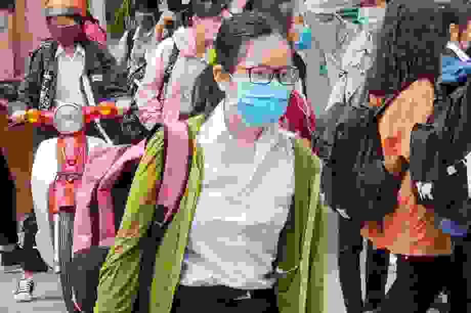 Không chia lớp, không sử dụng trang phục có tấm chắn giọt bắn trong lớp học
