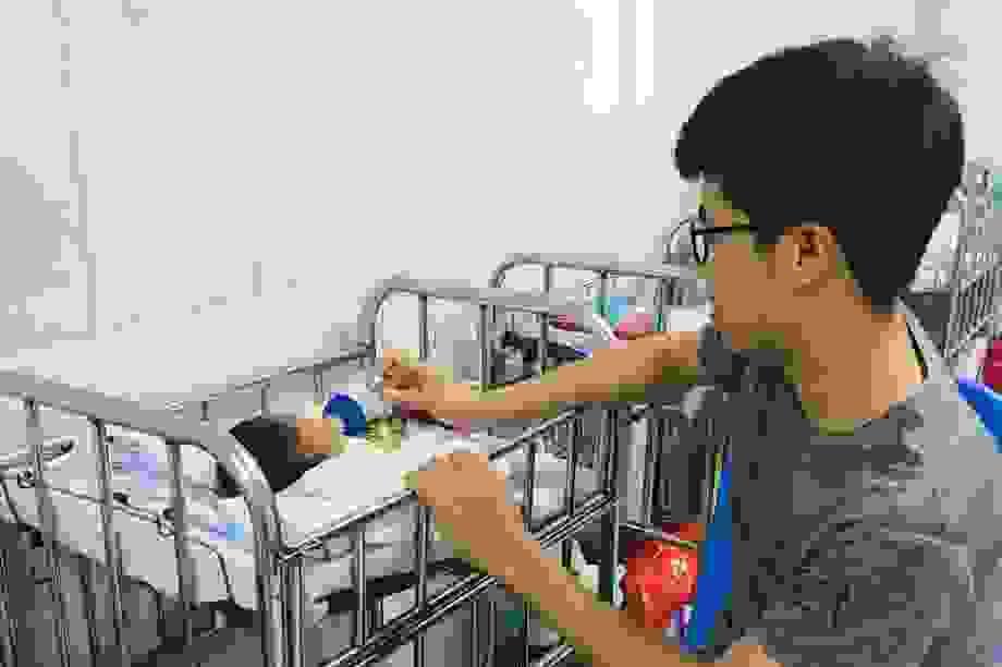 Cứu sống bé sinh non 28 tuần tuổi bị hoại tử dạ dày hiếm gặp