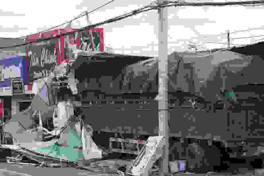 Xe chở phế liệu tông 4 nhà dân