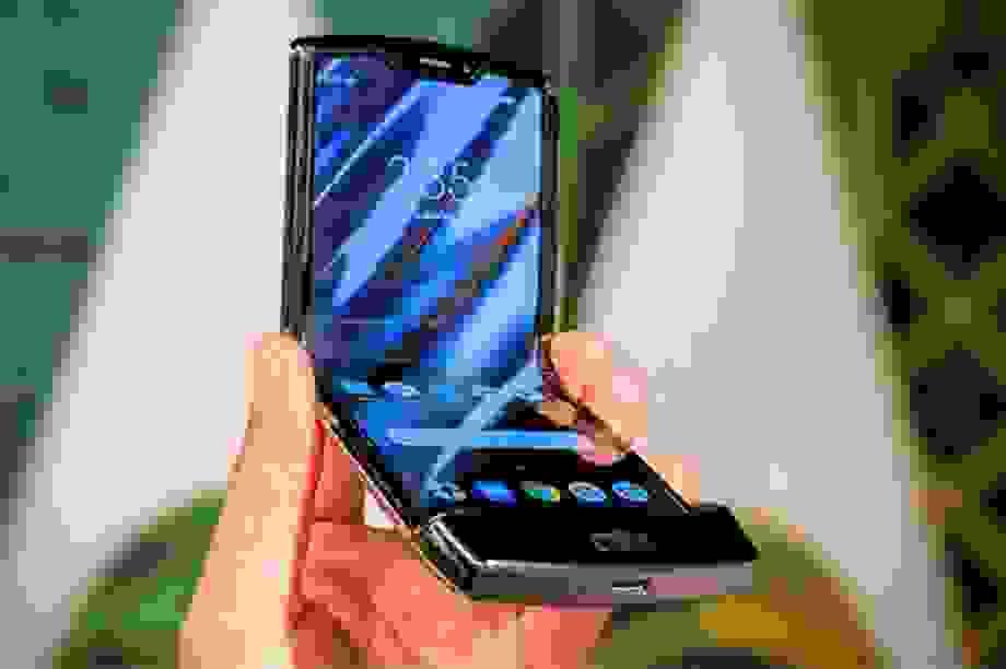 """Ế ẩm, Motorola tung khuyến mãi """"mua 1 tặng 1"""" cho điện thoại nghìn đô"""
