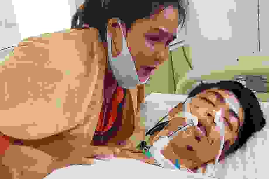 Người mẹ nghèo khóc cạn nước mắt cầu nguyện con trai thoát khỏi tử thần