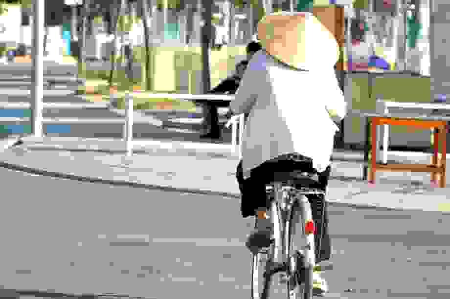 """Cán bộ """"đội nắng"""", đạp xe cả chục cây số để tìm lao động nhận hỗ trợ"""