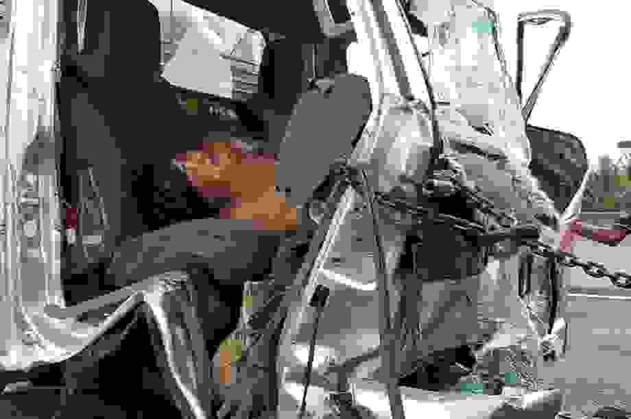 Xe tải tông đuôi xe đầu kéo, 2 người mắc kẹt trong cabin