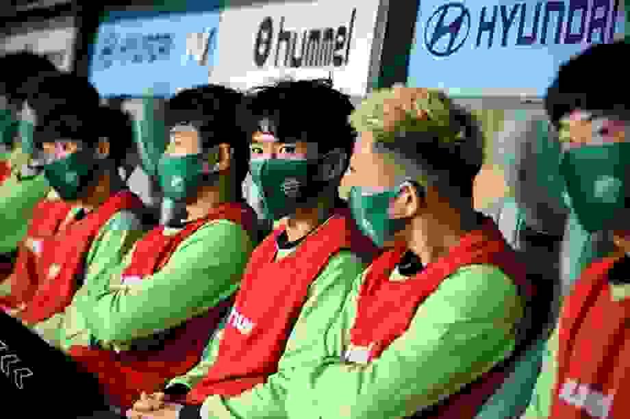 Cầu thủ đeo khẩu trang, giãn cách khi ra sân ở Hàn Quốc