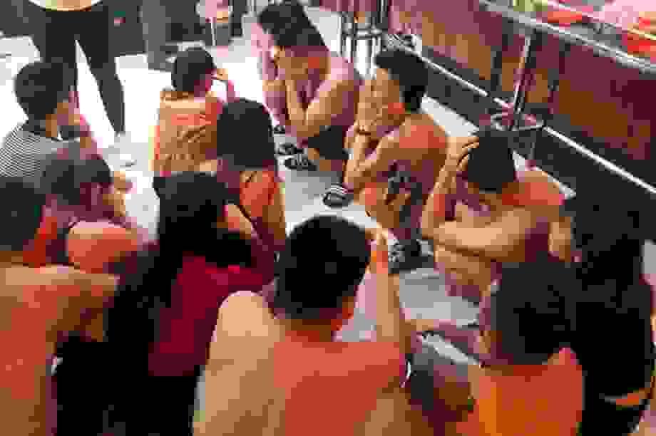 Chủ quán karaoke bị bắt giữ khi bay lắc cùng 20 đối tượng