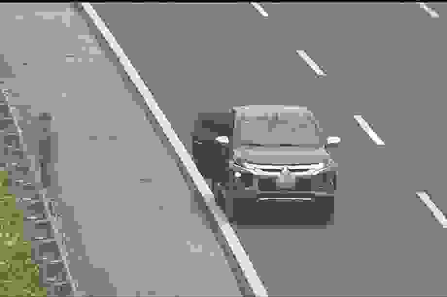 Người đàn ông dừng ô tô trên cao tốc để... đi vệ sinh