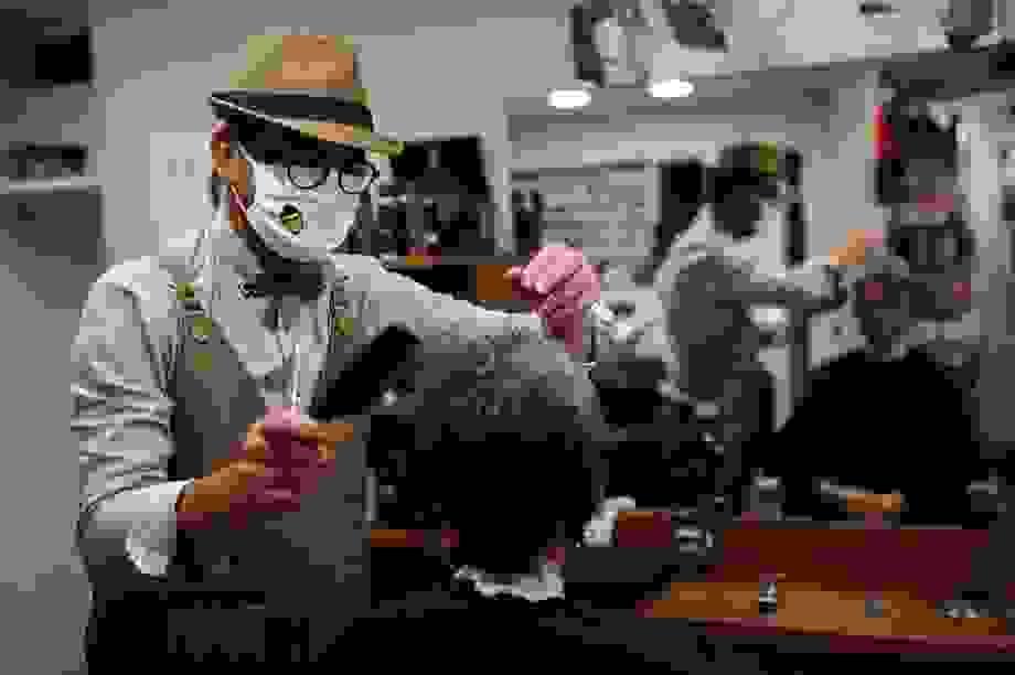 Tiệm cắt tóc mở cửa lúc nửa đêm