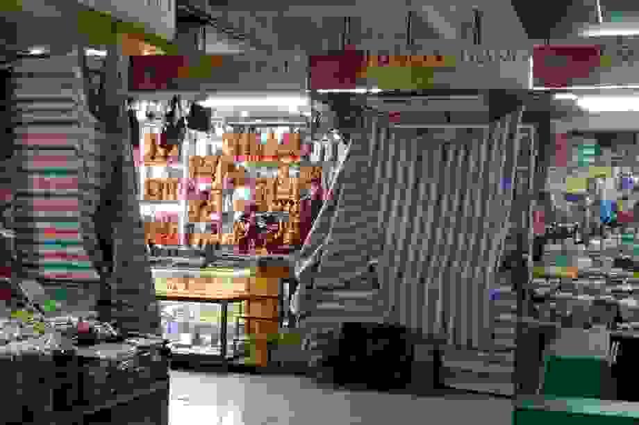 """Chợ Hàn vẫn vắng bóng du khách, nhiều sạp hàng còn """"cửa đóng then cài"""""""
