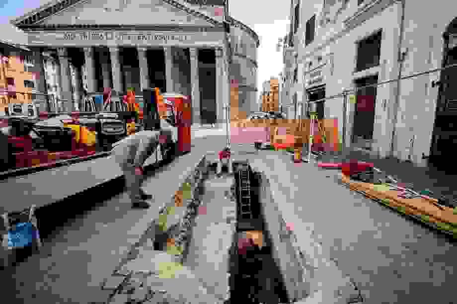 Hố sụt ở Ý bất ngờ lộ ra những viên đá nghìn năm tuổi từ thời La Mã