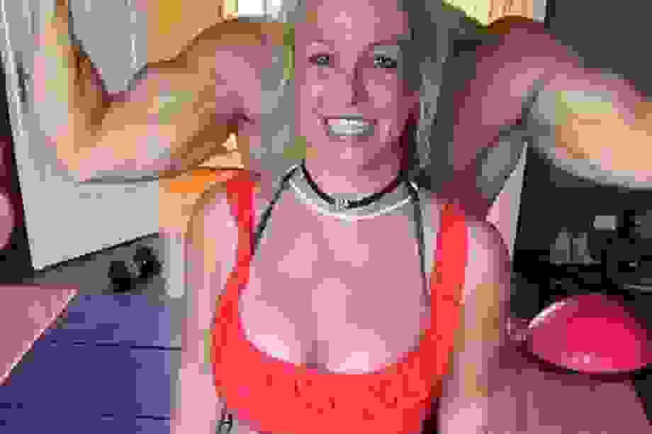 Britney thư thái tắm nắng tại bể bơi