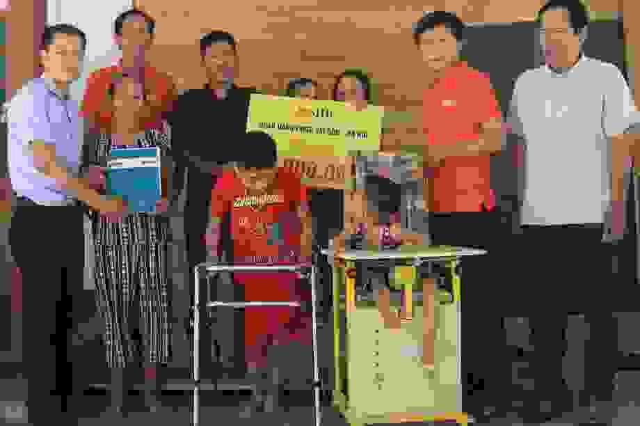 Bạn đọc Dân trí giúp đỡ 3 cháu bé bị bại não hơn 50 triệu đồng