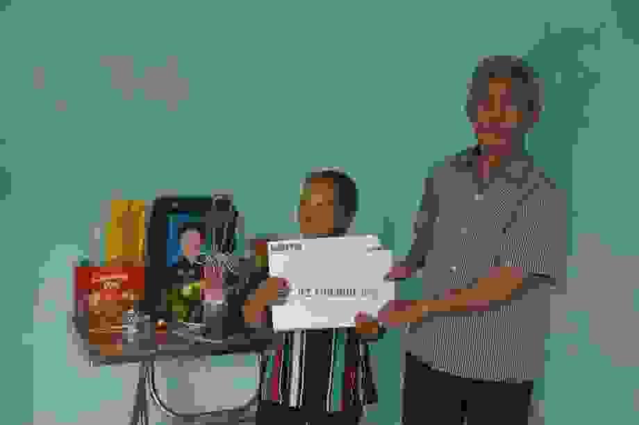 Gia đình cụ Xoa nghẹn ngào đón nhận sự giúp đỡ của các nhà hảo tâm
