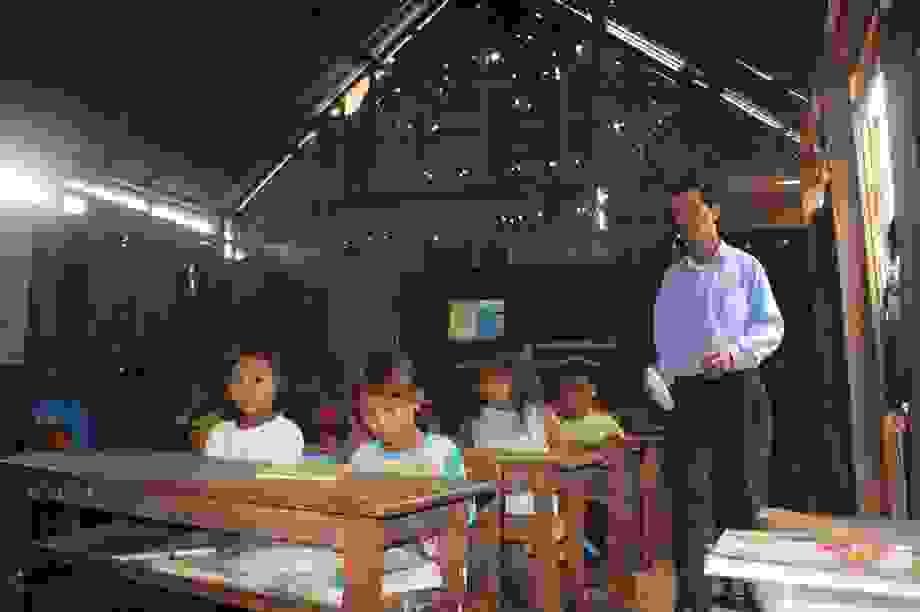 """Lớp học """"không quạt, không ánh sáng"""" trên đỉnh Lơ Pang"""
