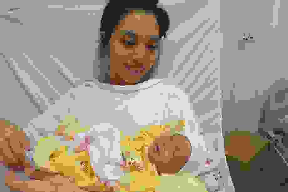 Thai phụ từng nguy kịch tính mạng nghẹn ngào ôm con ngày xuất viện