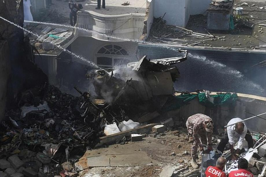 Máy bay Pakistan lao xuống khu dân cư, toàn bộ 107 người nghi thiệt mạng