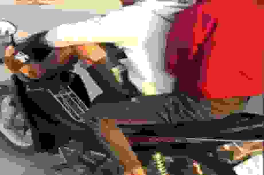 Dùng chân điều khiển xe máy, nam thanh niên bị phạt 8,5 triệu đồng
