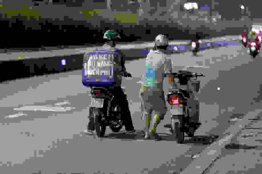 """Người đàn ông đêm nào cũng """"đi lang thang"""" năn nỉ được... sửa xe miễn phí"""