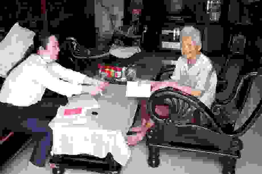 """Cán bộ huyện đảo Phú Quốc """"đi từng ngõ, gõ từng nhà"""" tìm lao động tự do"""