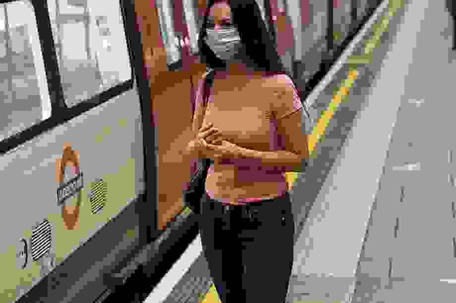 Thở hoặc nói chuyện là đường lây virus corona phổ biến nhất