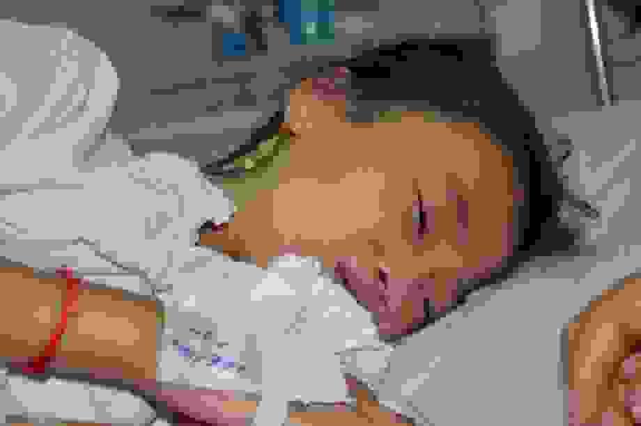 Thương bé gái 12 tuổi tính mạng vô cùng mong manh