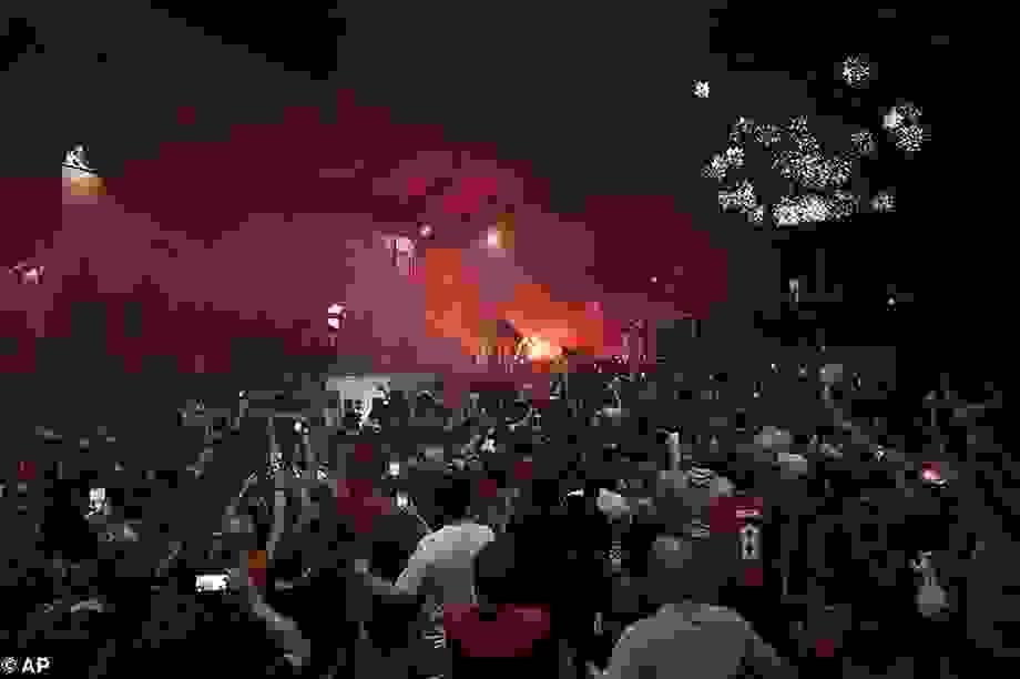 Hàng ngàn CĐV Liverpool đổ ra đường ăn mừng chức vô địch Premier League