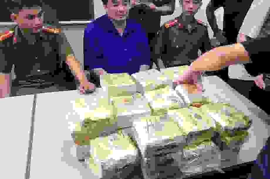 Bị vây bắt, xe của trùm ma túy lật ngửa, ma túy đổ xuống đường