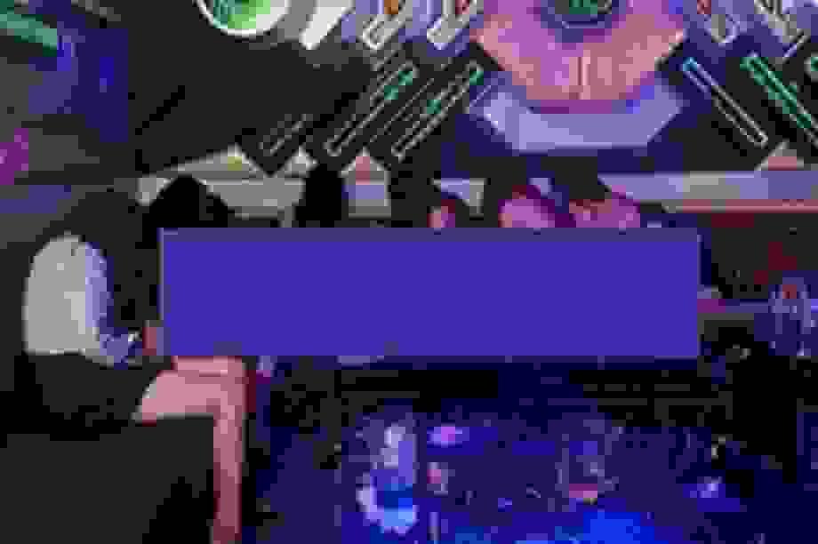 Nhiều nữ tiếp viên múa thoát y trong quán karaoke