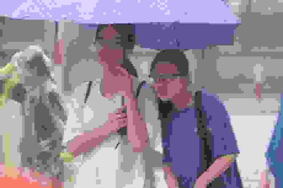 """Hà Nội: 4.000 học sinh đội mưa giành """"vé"""" vào lớp 10 THPT chuyên Ngoại ngữ"""