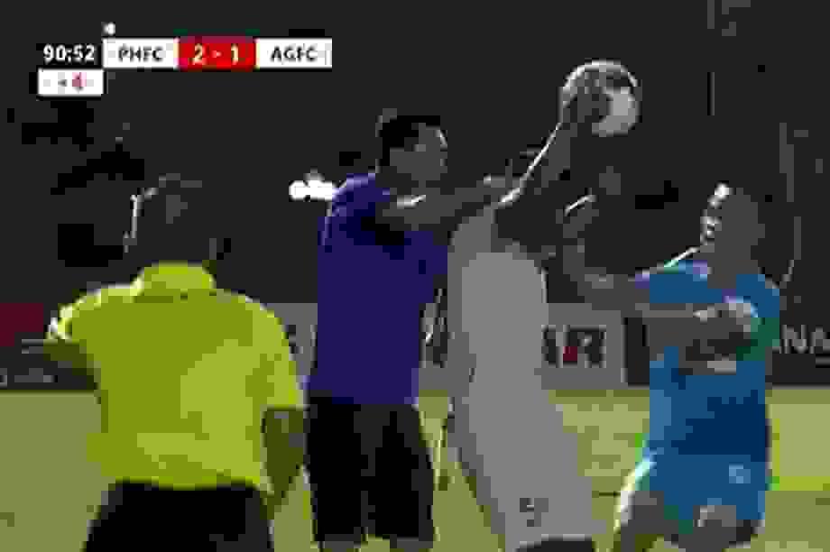 HLV CLB Phố Hiến bóp cổ cầu thủ An Giang