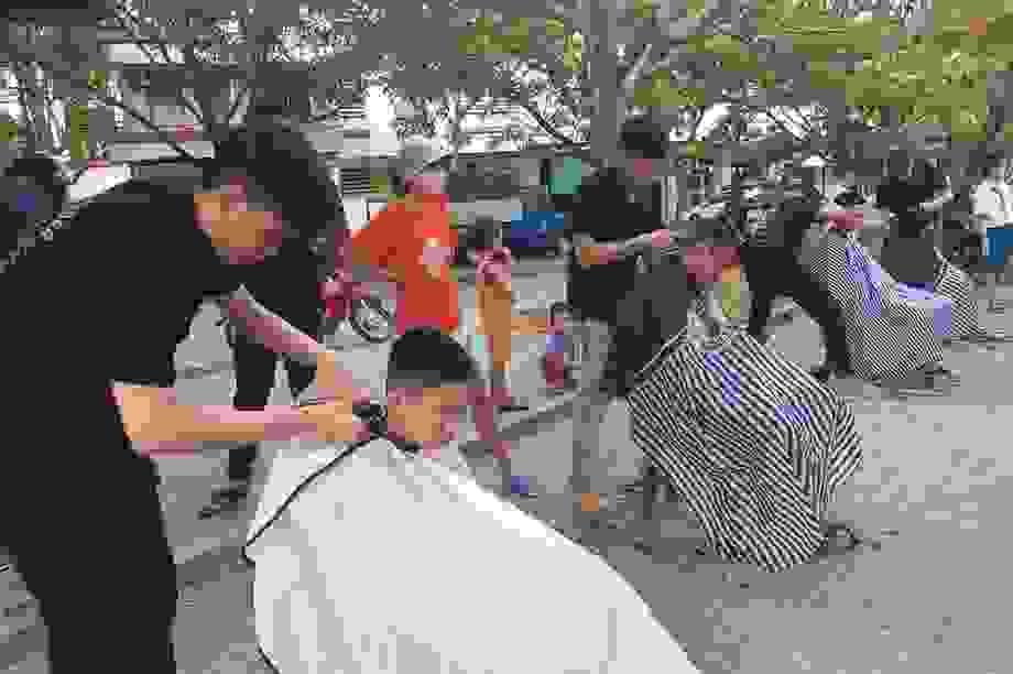 Nhóm bạn trẻ tình nguyện cắt tóc miễn phí cho người nghèo ở Đà Nẵng