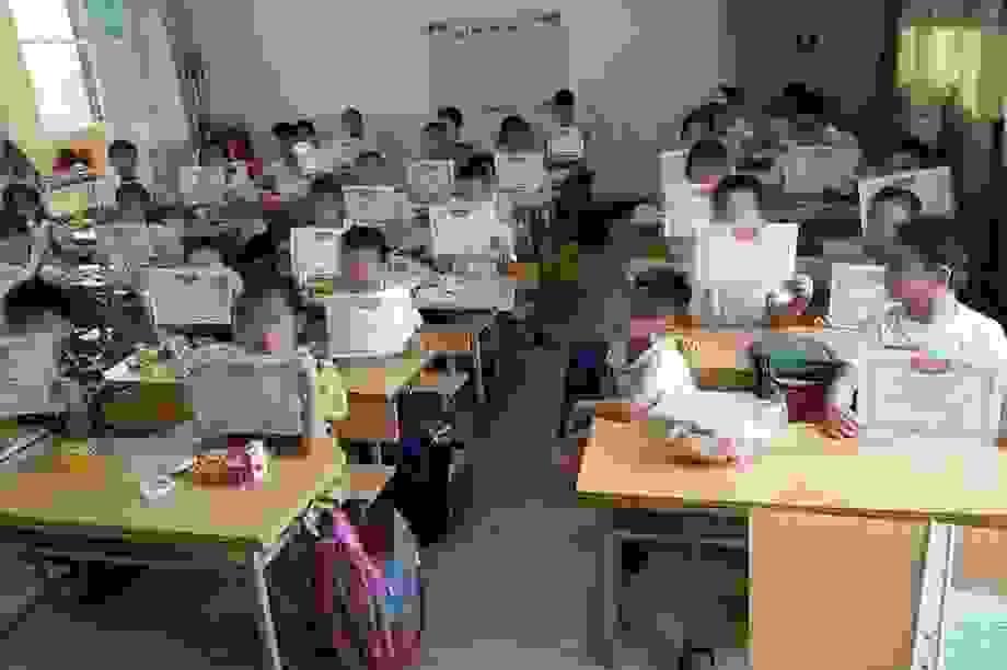 """Trăn trở trước bức ảnh """"cả lớp giơ giấy khen, mình em lẻ loi"""""""