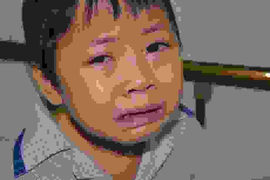 Thương bé gái gia cảnh quá nghèo khóc ngặt nghẽo, xin hãy cứu em!