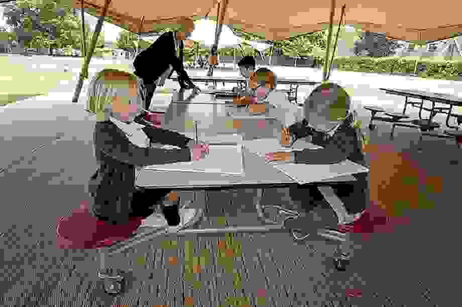 Sau phong tỏa, trường học Anh dạy học trong lều để đảm bảo an toàn