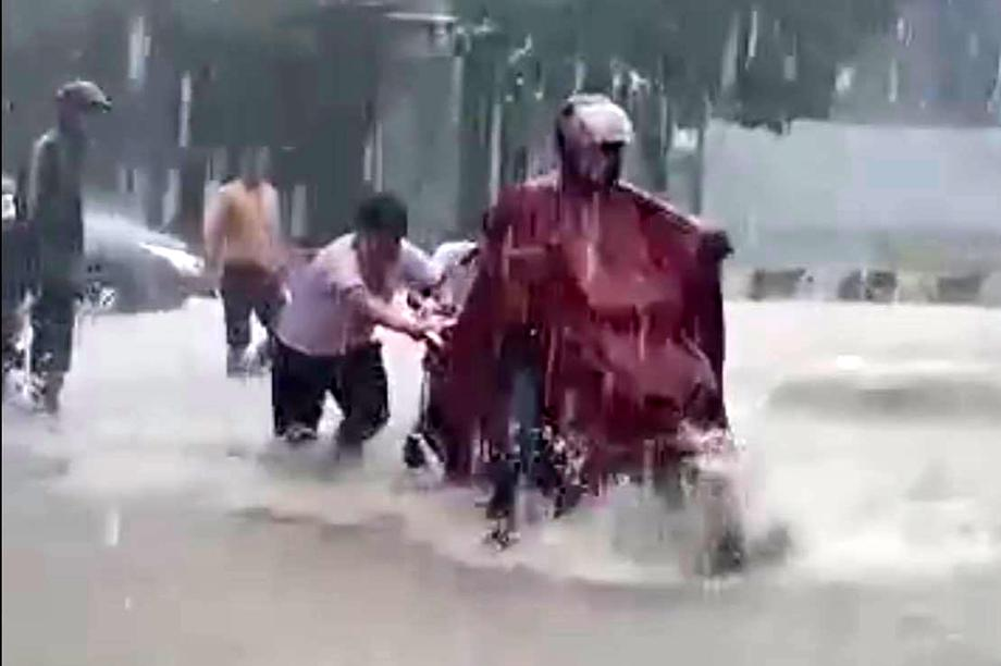 Tuyên dương 2 học sinh đẩy xe giúp người dân trong cơn mưa lớn