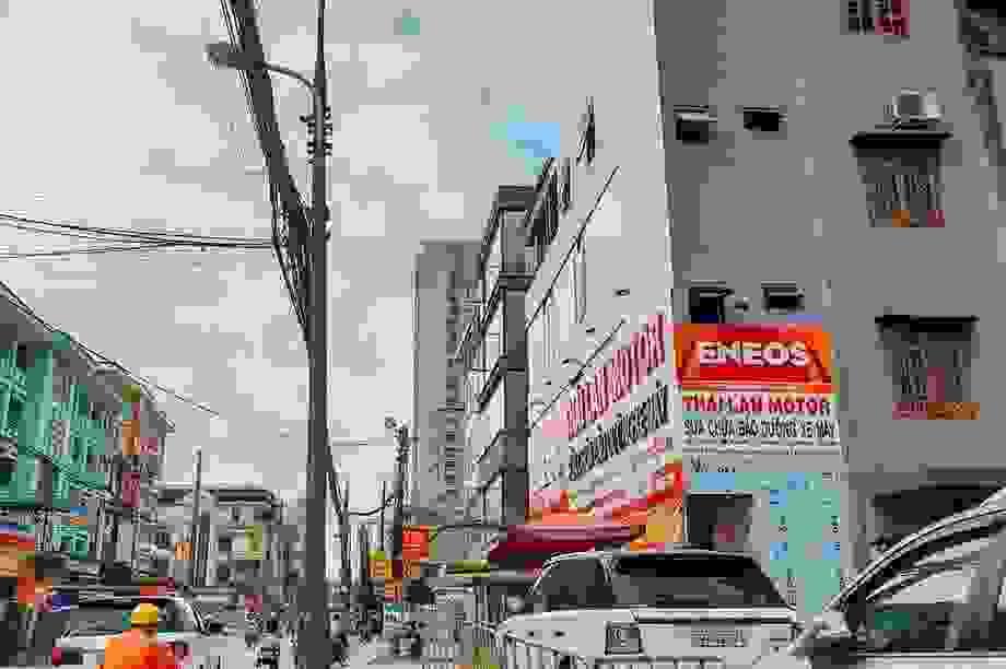 """Nhà """"siêu mỏng, siêu méo"""" đua nhau mọc trên đường đang mở rộng ở Thủ đô"""