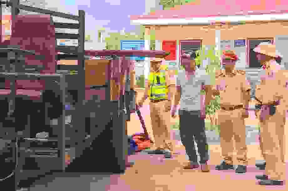 Công an nổ súng bắt giữ đối tượng lái xe chở gỗ lậu lao thẳng vào CSGT