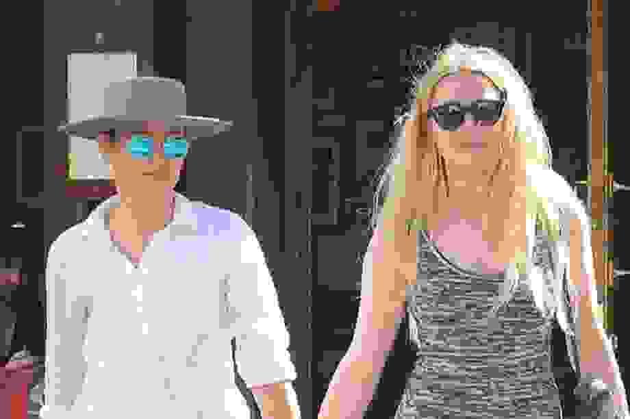 Vợ cũ Johnny Depp nắm tay bạn gái ra phố