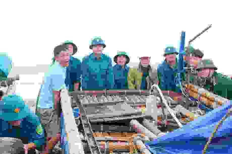 Ngư dân hối hả sát giờ bão đổ bộ