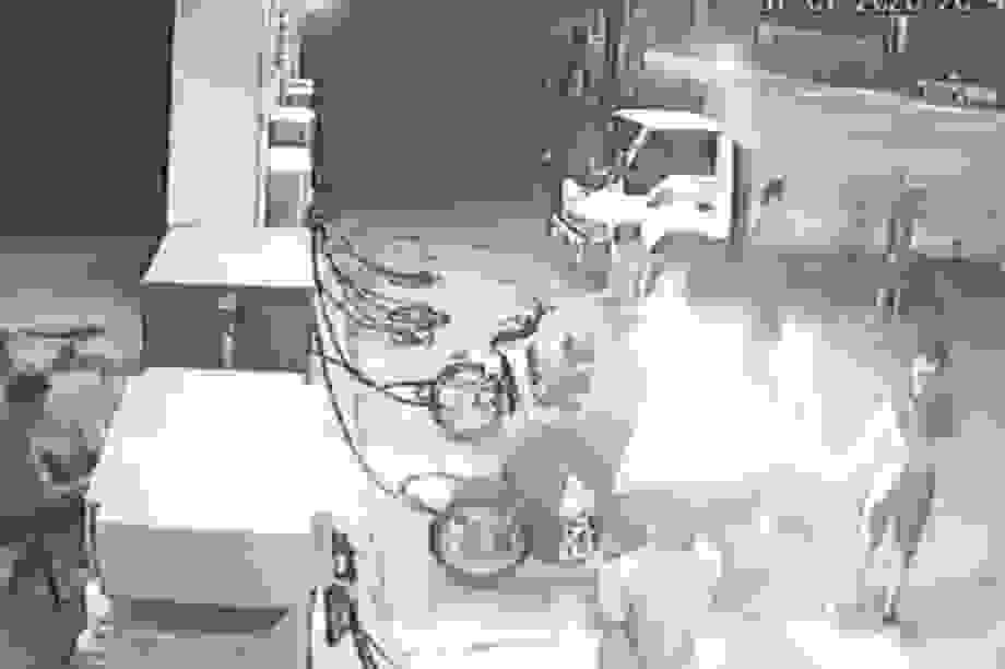 """Hà Nội: Ba thanh niên """"chơi ngông"""" châm lửa hút thuốc khi đang đổ xăng"""