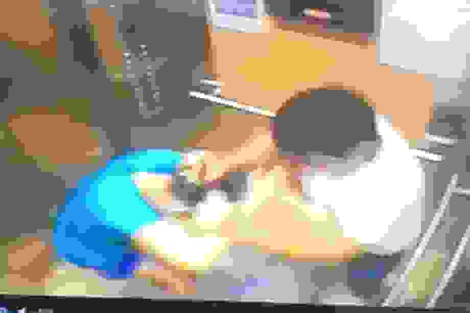 Nam phi công xịt cồn sát khuẩn vào mặt nữ tiến sĩ trong thang máy