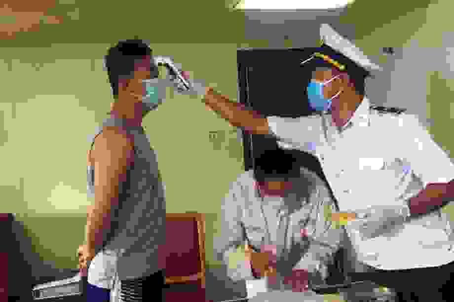 Ngừa Covid-19, cách ly tại tàu 21 người nước ngoài cập cảng Quảng Bình