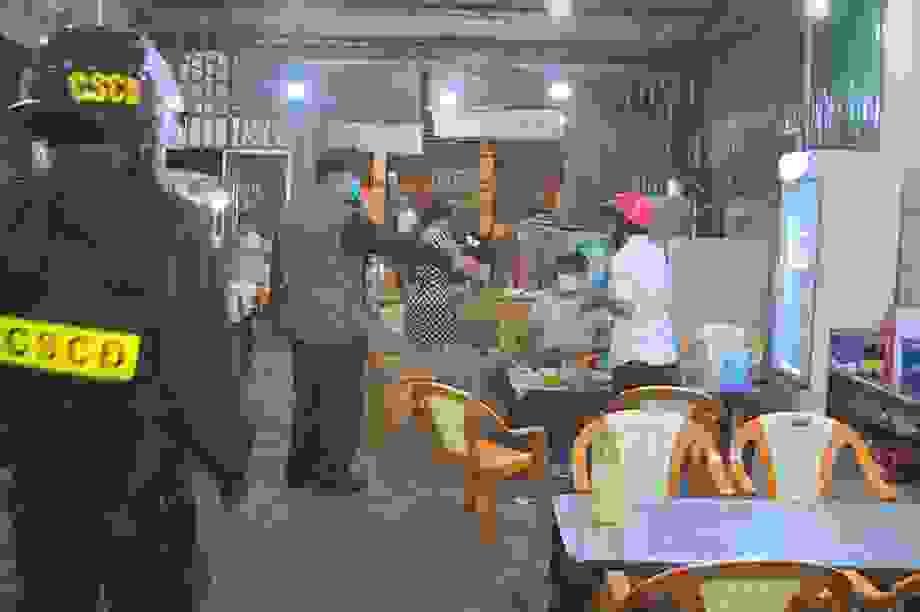 CSCĐ tuần tra dọc phố nhắc hàng quán đóng cửa, người dân đeo khẩu trang