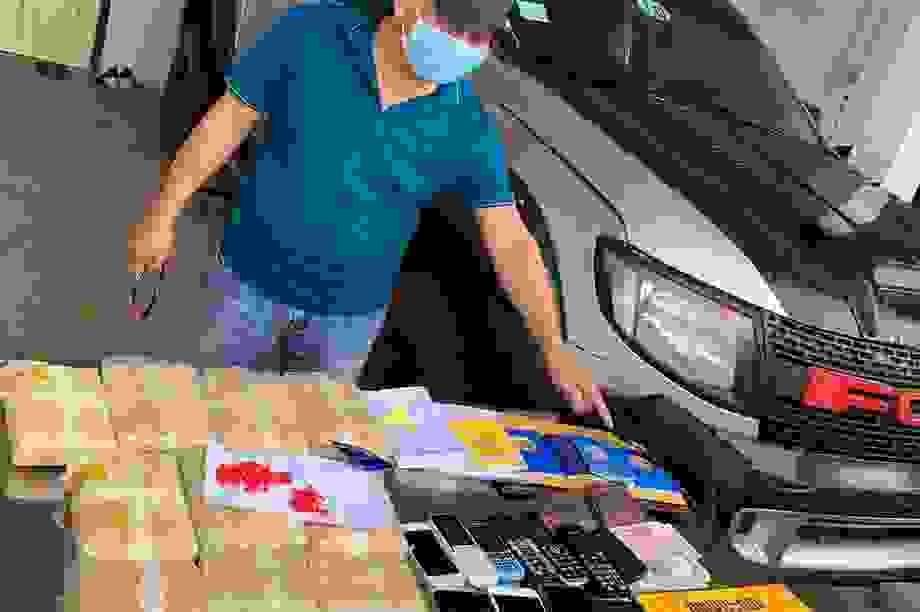 Bắt 5 đối tượng người Lào vận chuyển 60.000 viên ma túy tổng hợp