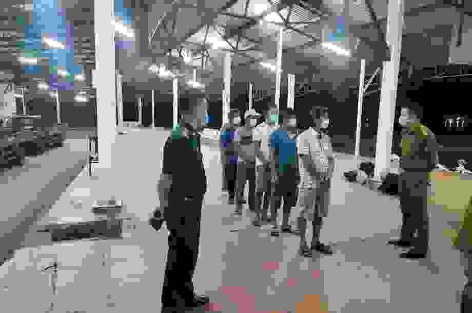 6 người đi bộ theo bờ biển để trốn khỏi vùng dịch Đà Nẵng