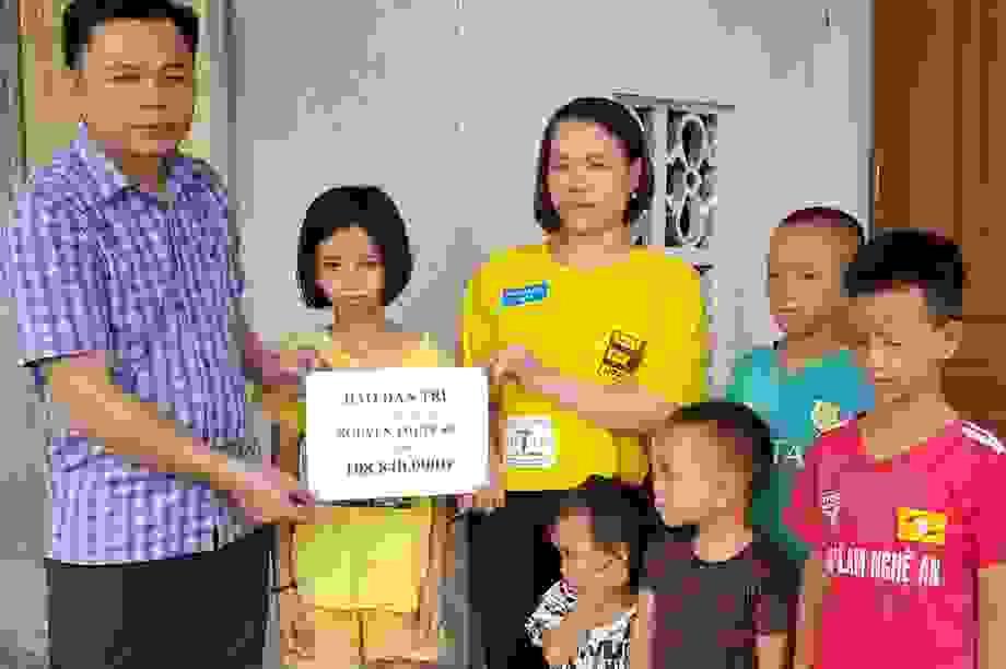 Trao gần 110 triệu đồng của bạn đọc giúp đỡ hai chị em mồ côi